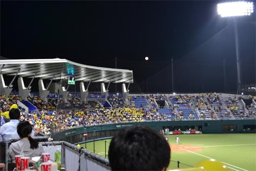 応援席から見える満月