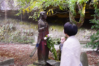 八女津媛神像